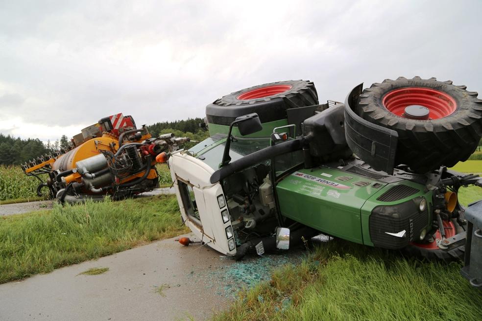 26-08-2014-mindelheim-b18-anna-unfall-traktor-guellefass-sperrung-polizei-poeppel-new-facts-eu-3.jpg