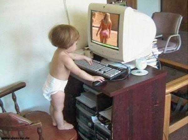 baby-kijkt-grappige-plaatje-op-computer.jpg