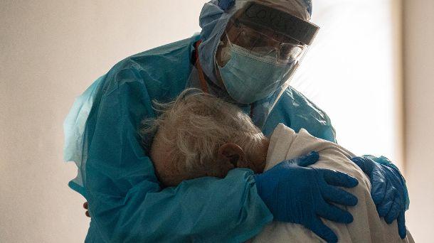 der-arzt-joseph-varon-troestet-einen-covid-19-patienten-das-foto-aus-dem-memorial-medical-cent...jpg
