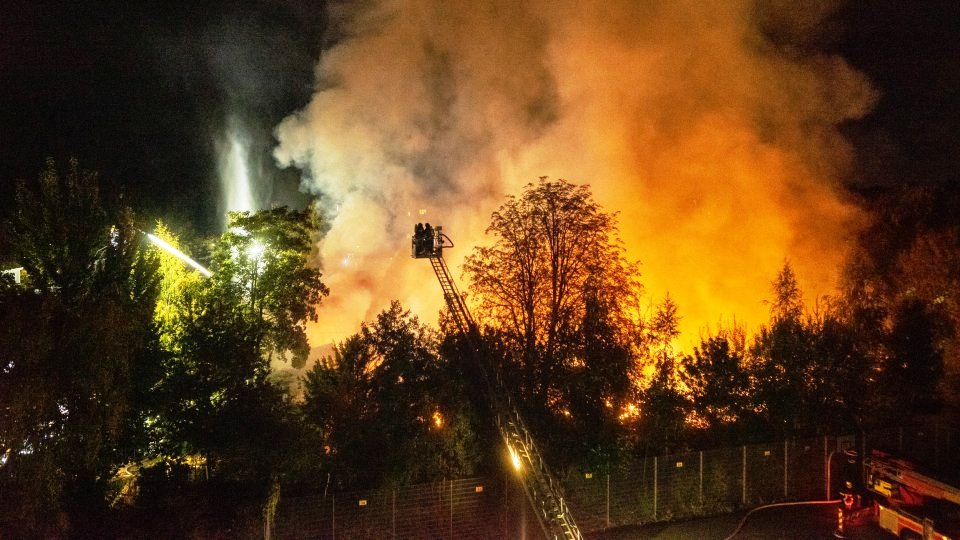 Hamburg Winterhude Poßmoorweg Großbrand am Freitagabend – Feuerwehr warnt Bevölkerung (6).jpg