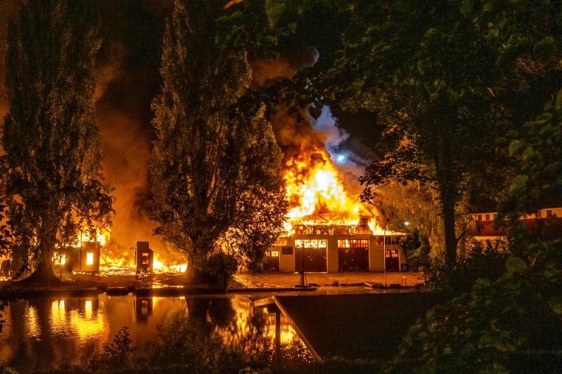 Hamburg Winterhude Poßmoorweg Großbrand am Freitagabend – Feuerwehr warnt Bevölkerung (7).jpg
